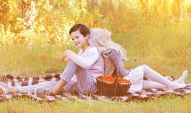 夫妇少年在秋天 库存图片