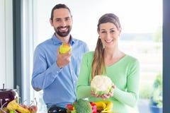夫妇居住的健康吃水果和蔬菜 免版税库存照片