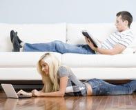 夫妇居住的松弛空间 免版税库存图片