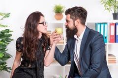 夫妇工友放松午休时间 与与同事的份额午餐 挥动的同事 有胡子人和有吸引力 库存照片