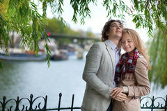 夫妇巴黎浪漫春天 免版税库存照片