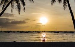 夫妇帆船和剪影在美好的日落的 免版税库存照片