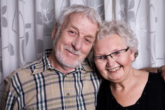 夫妇年长的人摆在 免版税库存照片