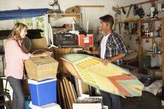 夫妇庭院旧货出售的清洁车库 免版税图库摄影