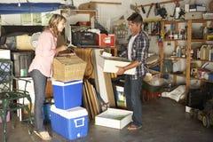 夫妇庭院旧货出售的清洁车库 库存照片