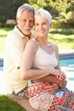 夫妇庭院池放松的前辈 免版税库存照片