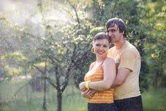 夫妇庭院年轻人 免版税库存照片