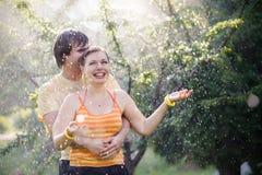 夫妇庭院年轻人 免版税库存图片