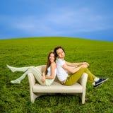 年轻夫妇开会和放松在长沙发   库存图片