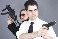 夫妇开枪年轻人 库存图片