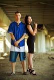 夫妇开枪年轻人 免版税库存图片