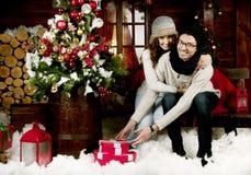 年轻夫妇开头礼物 免版税库存图片