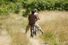 夫妇循环的年轻人 免版税库存照片