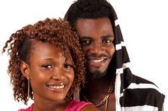 年轻夫妇微笑。 免版税图库摄影