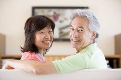 夫妇微笑的电视注意 免版税库存照片