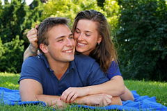 夫妇微笑的年轻人 库存图片