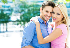 夫妇微笑的年轻人 免版税图库摄影
