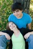夫妇微笑青少年 免版税库存照片