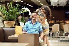 夫妇微笑 免版税图库摄影