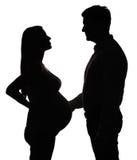 夫妇怀孕的剪影 免版税库存照片