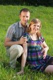 夫妇愉快室外怀孕 免版税图库摄影