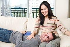 夫妇愉快家庭放松 免版税库存图片