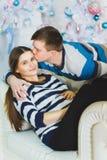 夫妇愉快拥抱怀孕 圣诞节概念 库存照片