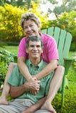夫妇愉快拥抱成熟 免版税图库摄影