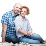夫妇愉快拥抱的微笑 库存照片