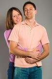 夫妇愉快拥抱 免版税库存图片