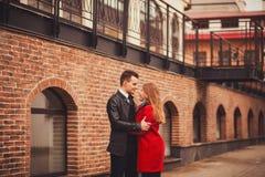 夫妇愉快拥抱 图库摄影
