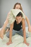 夫妇愉快枕头使用 免版税库存图片