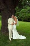 夫妇愉快的公园婚礼 免版税库存照片