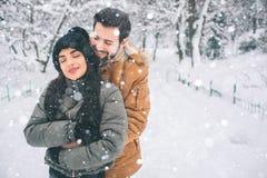 夫妇愉快的冬天年轻人 户外系列 看起来的男人和的妇女向上和笑 爱、乐趣、季节和人们 免版税库存照片