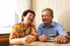 夫妇愉快的前辈微笑 免版税库存图片