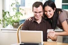 夫妇愉快的在线购物 免版税库存照片