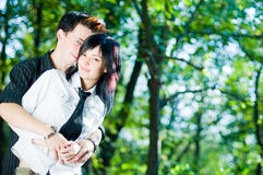 夫妇愉快的外部年轻人 免版税图库摄影
