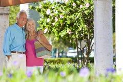 夫妇愉快的外部高级微笑的阳光 免版税库存照片