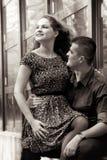 夫妇愉快的室外年轻人 免版税库存照片