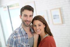 夫妇愉快的家庭年轻人 免版税图库摄影