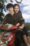 夫妇愉快的小型摩托车 免版税库存照片
