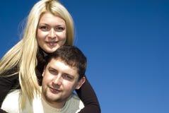 夫妇愉快的年轻人 免版税图库摄影