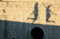 夫妇愉快的影子墙壁 免版税库存照片