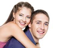 夫妇愉快的微笑的年轻人 免版税库存照片