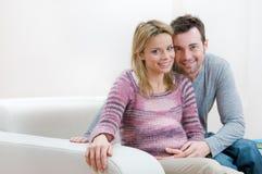 夫妇愉快的怀孕的微笑的年轻人 免版税库存图片