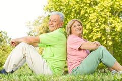 夫妇愉快的户外前辈 免版税库存图片