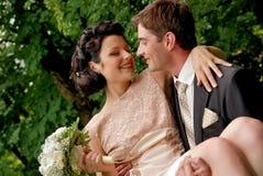 夫妇愉快的户外微笑的婚礼 免版税库存照片