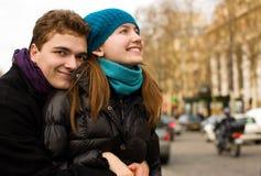 夫妇愉快的拥抱的爱的巴黎 库存照片