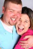 夫妇愉快的拥抱笑 免版税库存照片
