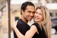 夫妇愉快的拥抱 免版税库存照片